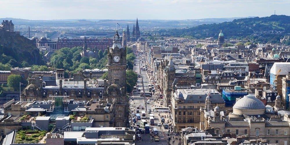 Panorámica de Edimburgo con temperatura cálida en junio