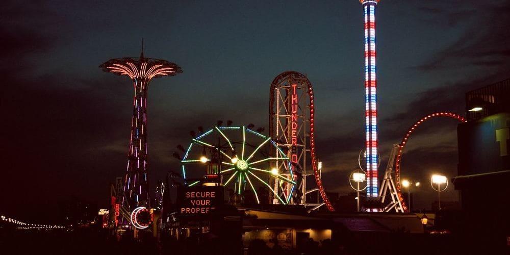 Parque de Coney Island por la noche en verano