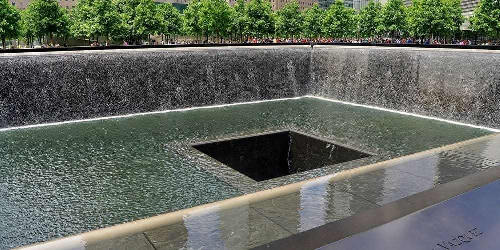 Memorial 11S durante el agradable clima en Nueva York en septiembre.