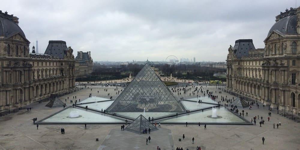 Tiempo nublado en París en mayo sobre el museo Louvre.