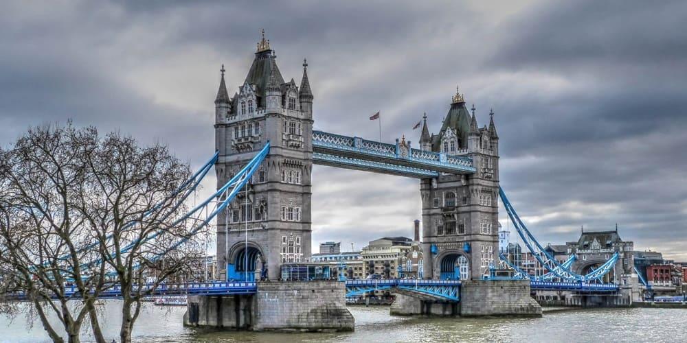 Panoramica de la torre de Londres mostrando su tiempo y temperatura en Abril