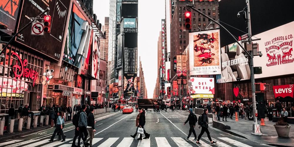 Vistas de los edificios y stores que hay en Times Square
