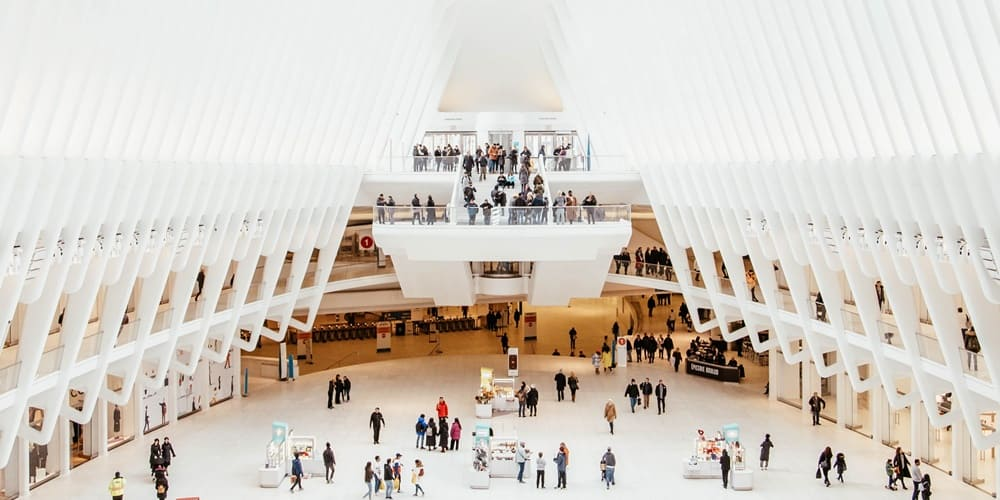 Centro comercial remodelado con arquitectura modernista
