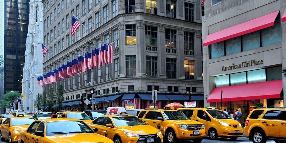 Tiendas en nueva York en la Quinta Avenida de Manhattan