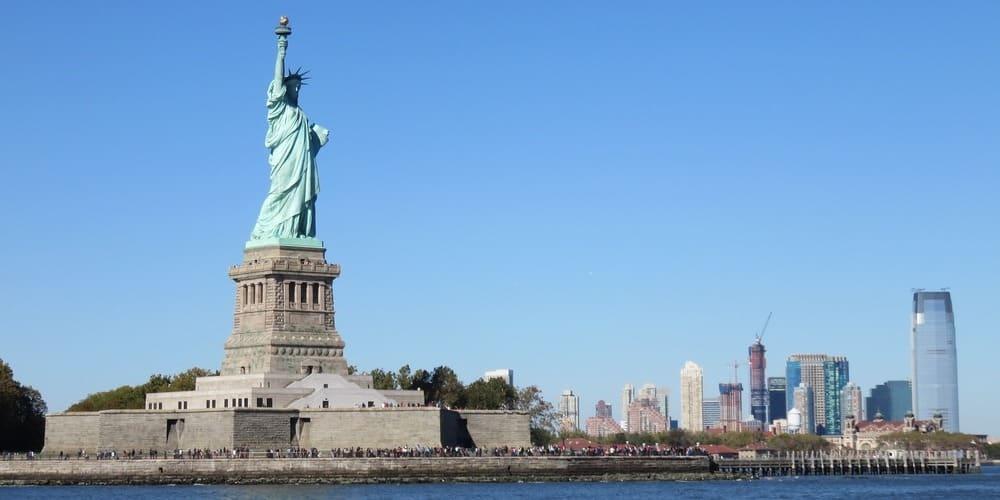 Estatua de la Libertad vista desde el ferry hacia Staten Island en Nueva York en verano.