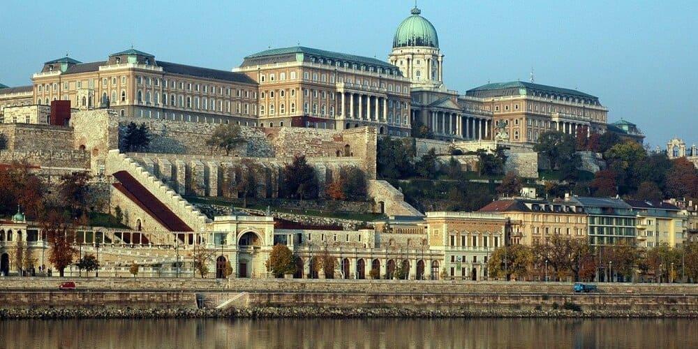 Castillo de Pest durante un paseo con buen tiempo en Budapest en abril