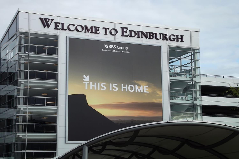 Letrero de bienvenida en la pared del aeropuerto de Edimburgo
