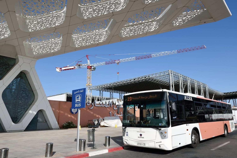 Parada de autobús en el aeropuerto de Marrakech Menara