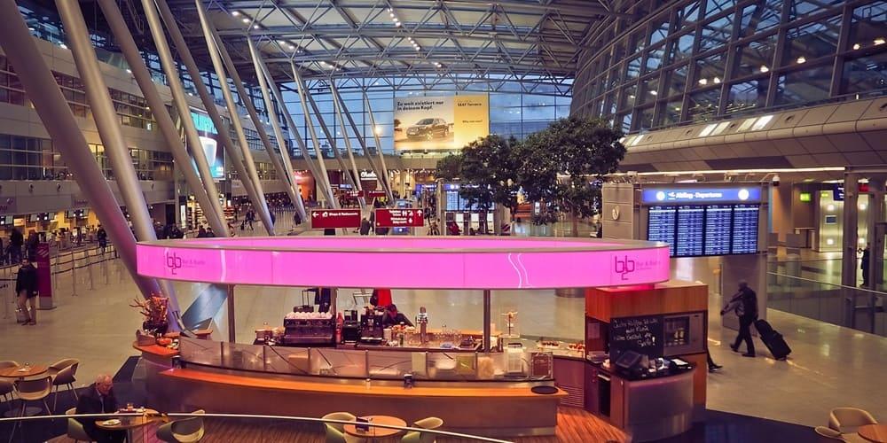 Terminal y zona comercial del Aeropuerto