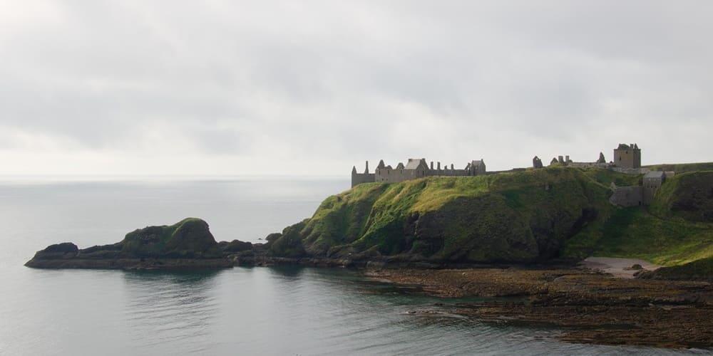Vista de los acantilados y del Castillo de Dunnottar de Edimburgo