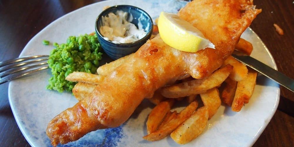 Fish and Chips plato popular de la comida inglesa y muy arraigado también en Escocia