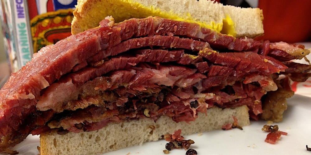 El sandwich de pastrami, una comida típica de Nueva York