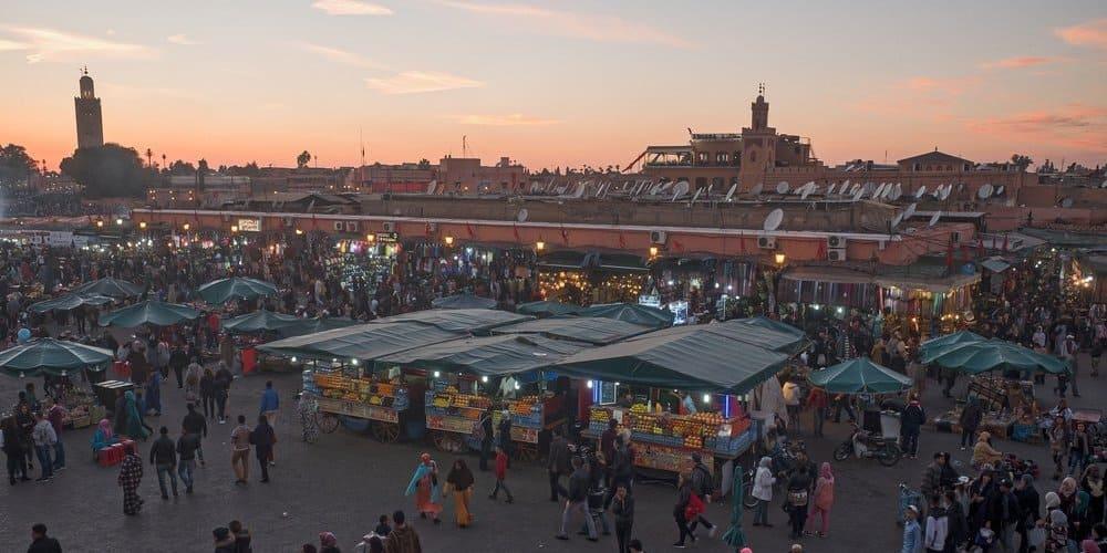 Turistas paseando por la plaza de Jemaa El-Fna.