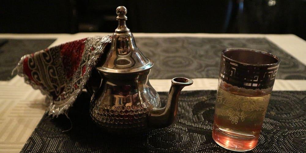 Tetera y te típico en un restaurante donde comer y beber en Marrakech
