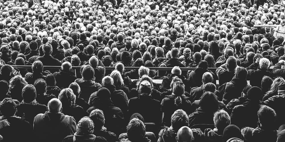 Ciudadanos disfrutando del cine al aire libre