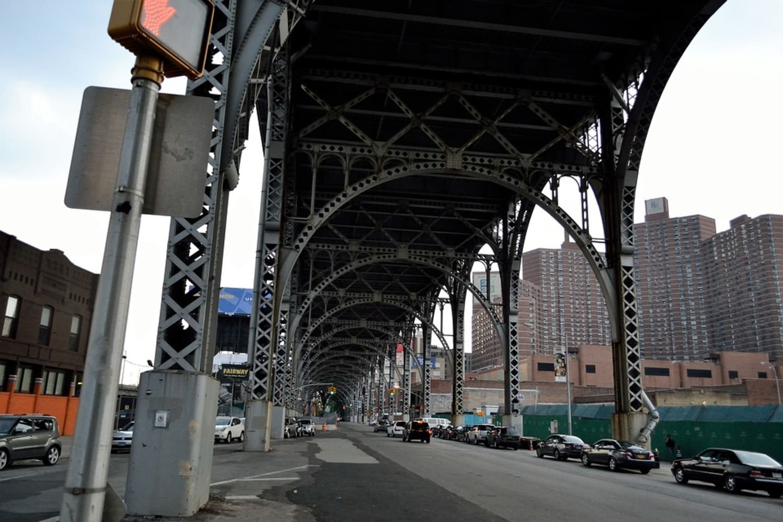 Vista de las vías del tren en Harlem en Nueva York