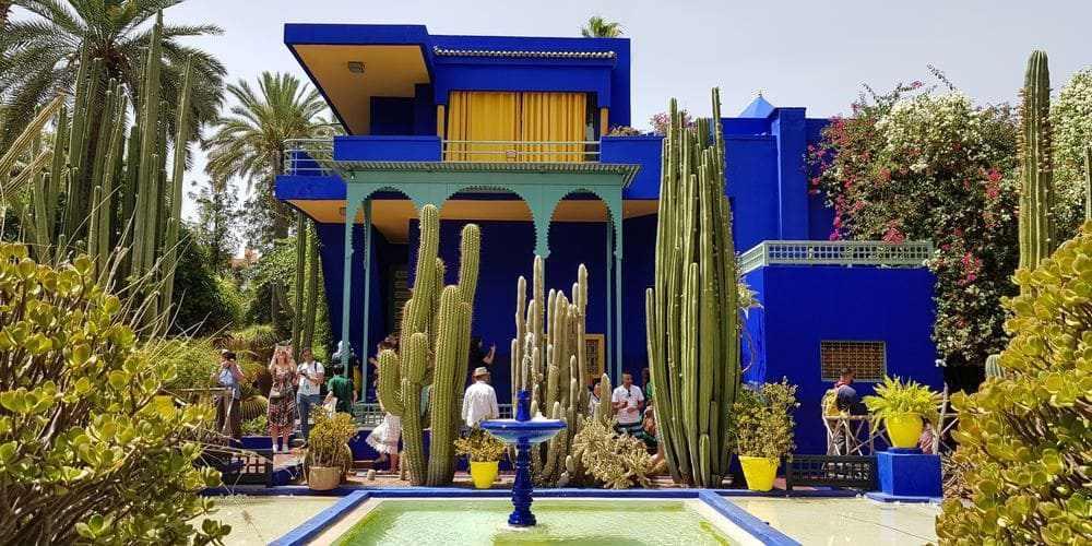 Turistas disfrutando del Jardín Majorelle en Marrakech.
