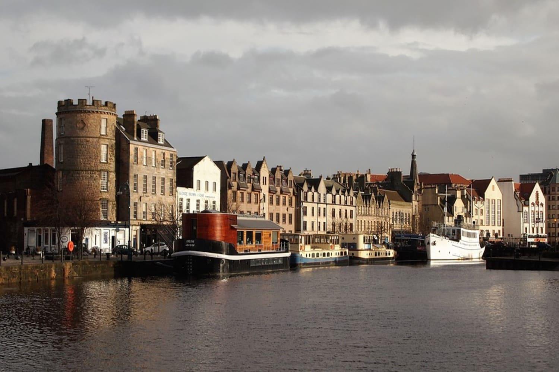 Leith en Edimburgo con sus barcos de pesca