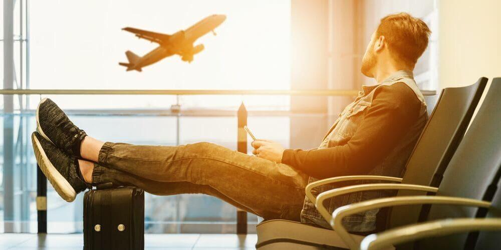 Turista preparado para viajar a Marruecos