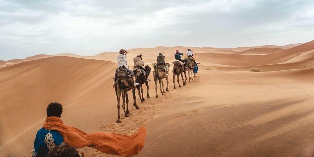 Turistas disfrutando de la excursión al desierto marroquí.