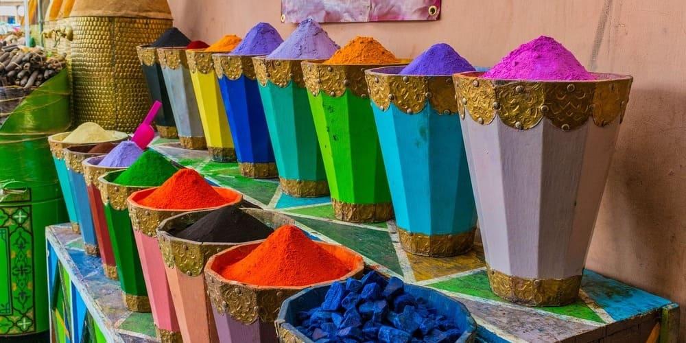 Puesto de especias en el mercado de Marrakech en Marruecos