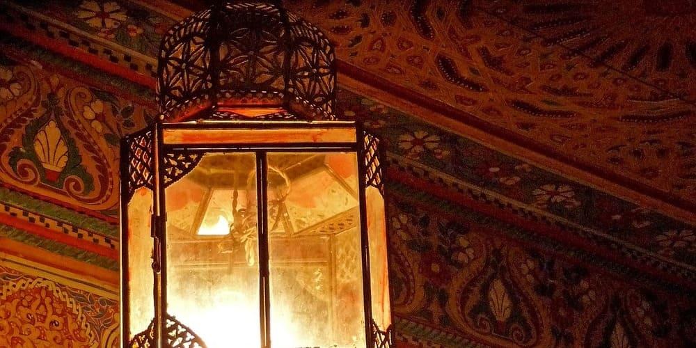 Lámpara en una habitación del Palacio de la Bella de Marrakech en Marruecos