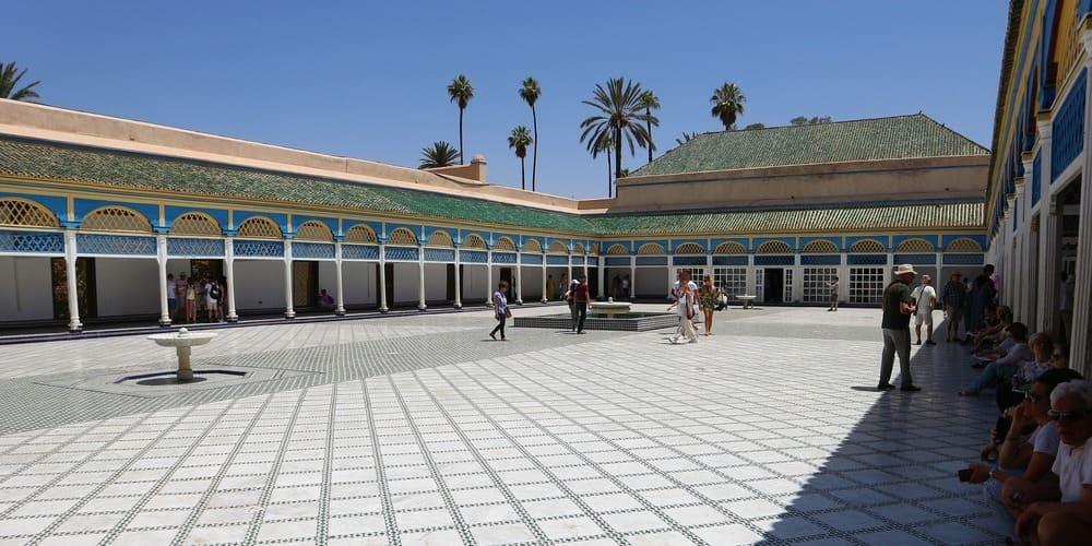 El Palacio de Bahía de Marrakech - fotos de turistas admirando la belleza del patio central