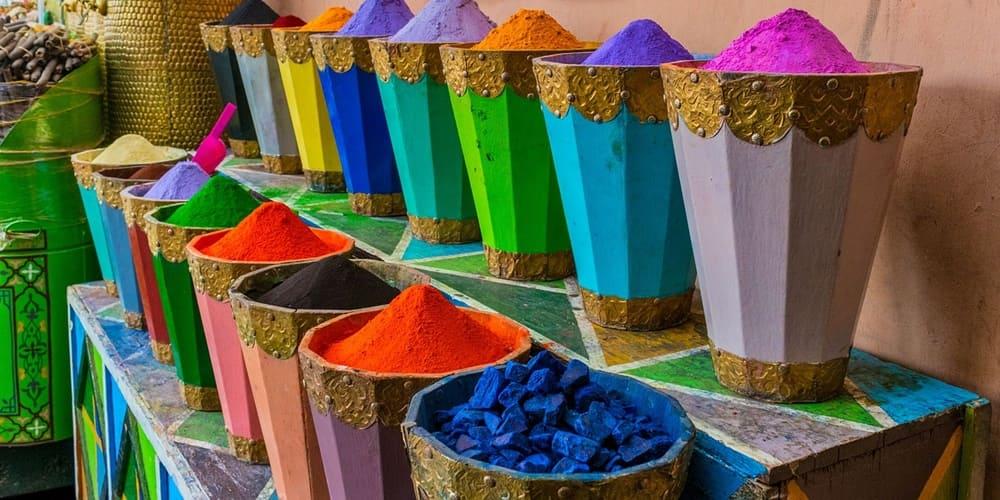 Mercado de las especias en la ciudad roja de Marruecos