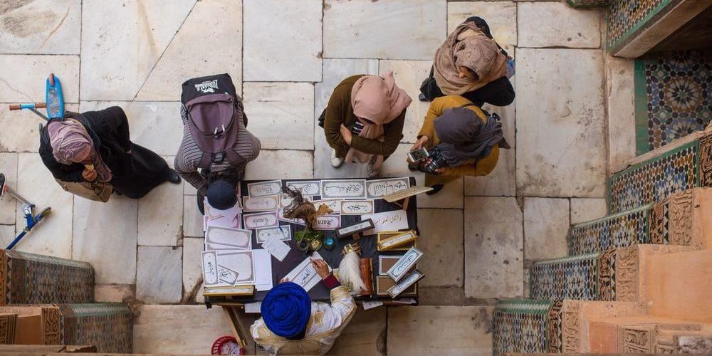 Grupo de turistas con un guía en Marrakech con seguridad.