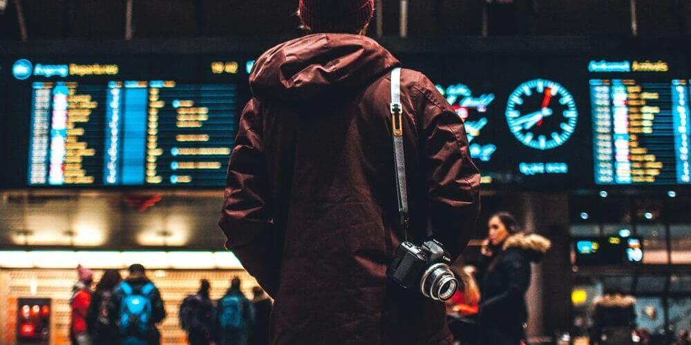 Turista en el aeropuerto para ir a Marrakech con seguridad.