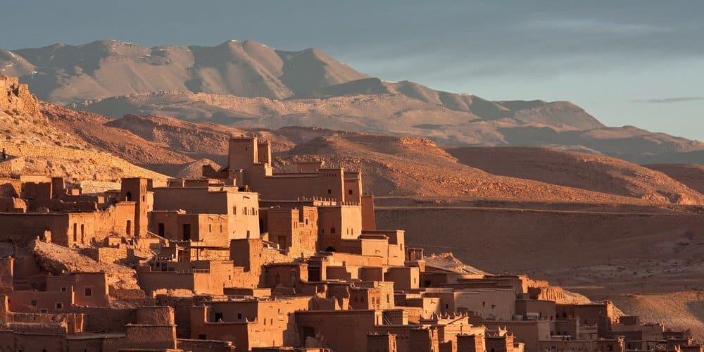 Pueblo bajo el agradable clima en Marrakech en marzo.