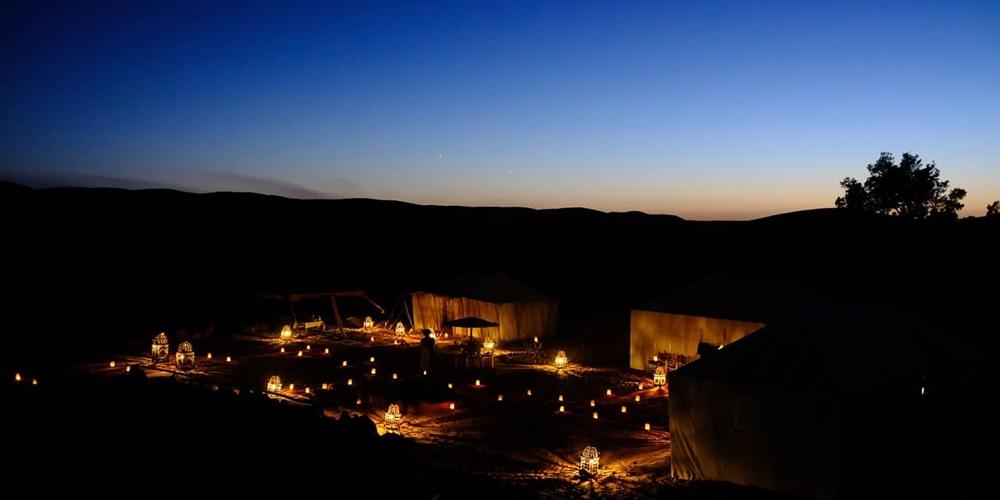 Campamento bajo la luz de la luna en el desierto de Marruecos