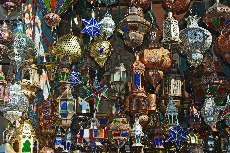 Vista de un puesto de lámparas en el Zoco de Marrakech