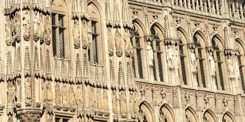 Vista detallada de las esculturas que adornan al Ayuntamiento de Bruselas.