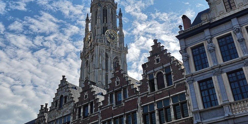 Las grote markt de Amberes o Brujas destacan por su reclamo turístico.