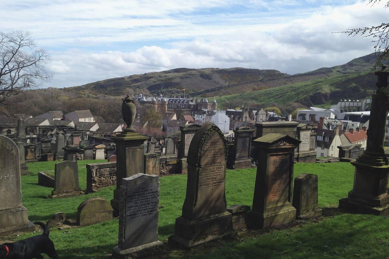 Lápidas en el cementerio en Edimburgo de Dean Village