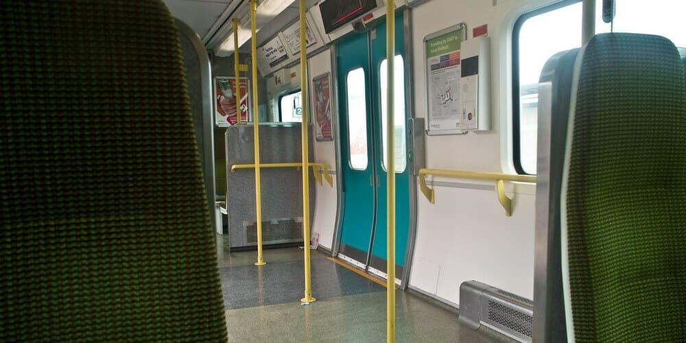 Interior del tren DART de Dublín