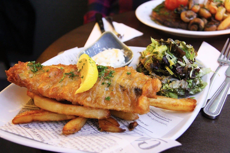 El fish and chips es una comida típica en toda inglaterra