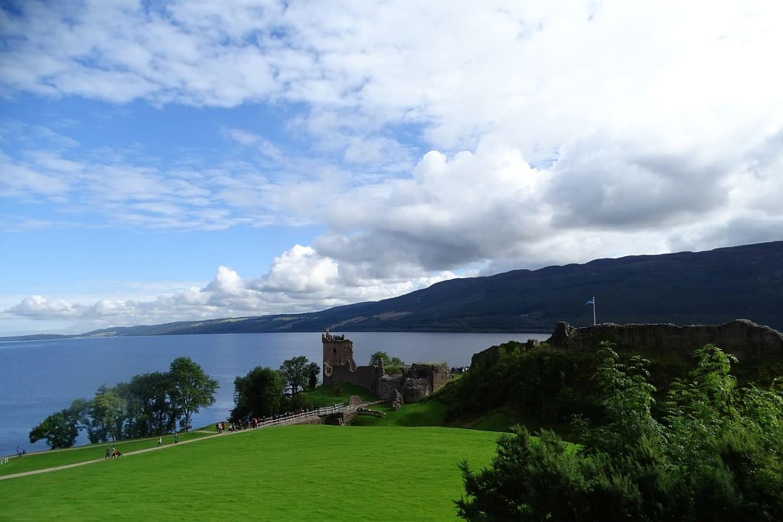 Restos de un castillo frente al Lago Ness