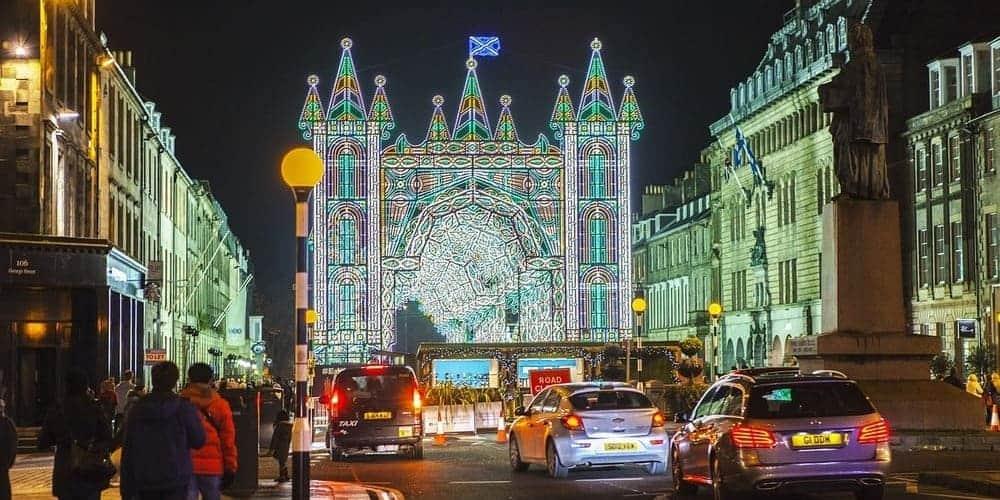 Calles iluminadas y decoradas durante la Navidad de Edimburgo