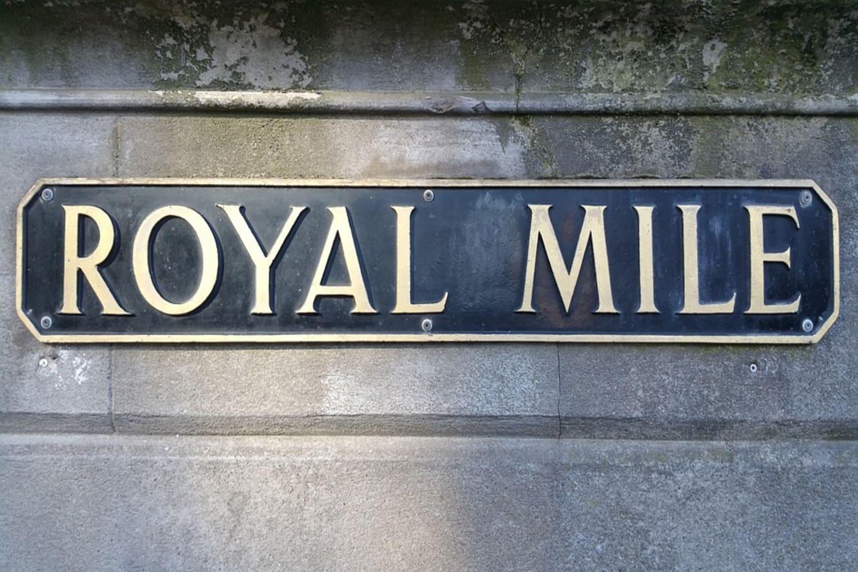 Letrero informativo de la calle Royal Mile