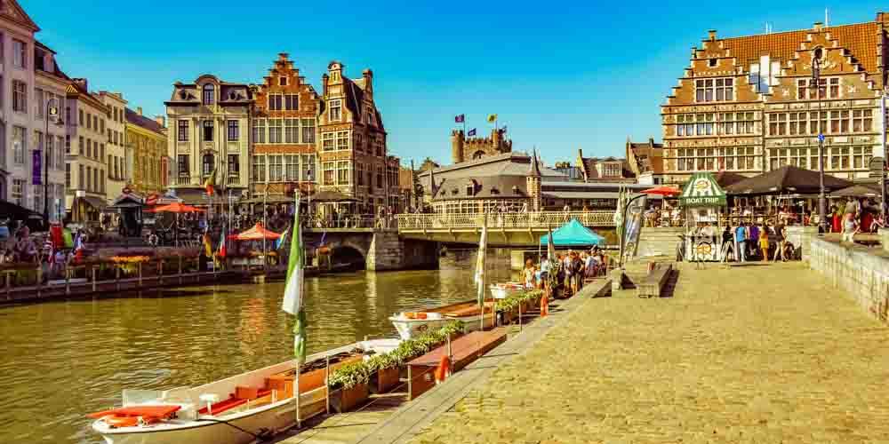 Un canal de Gante atravesando la ciudad.