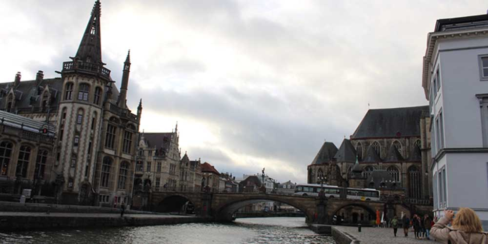 Una vista de un puente de Brujas desde sus canales.
