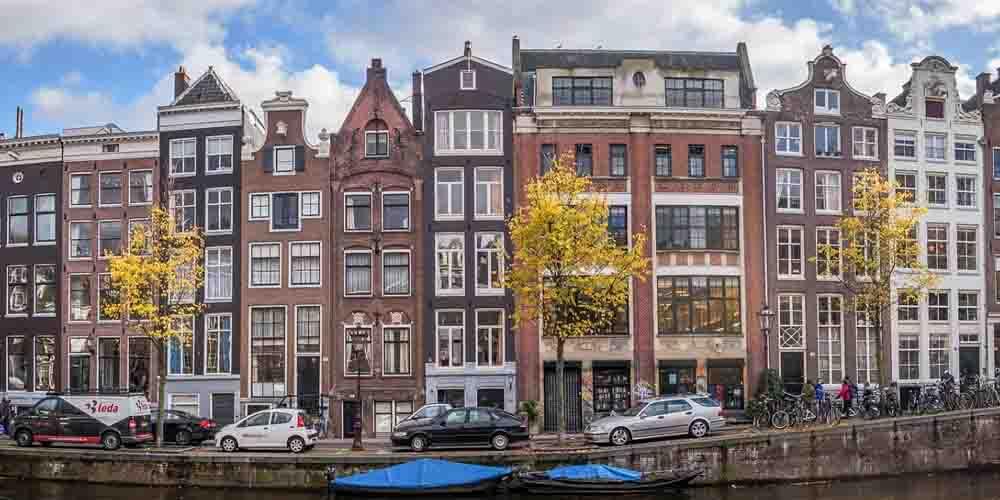 Vista de las características fachadas de las casas de Ámsterdam