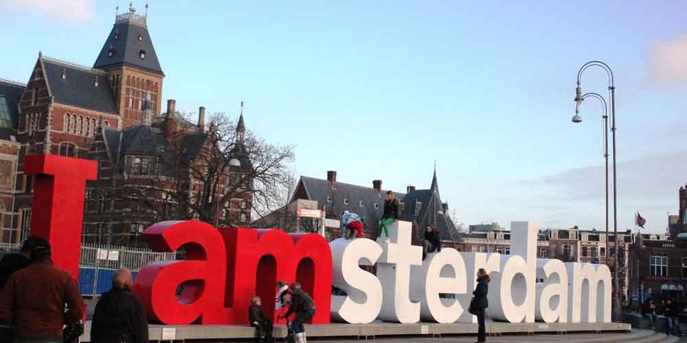 """Las letras de """"I amsterdam"""" delante del Rijksmuseum."""