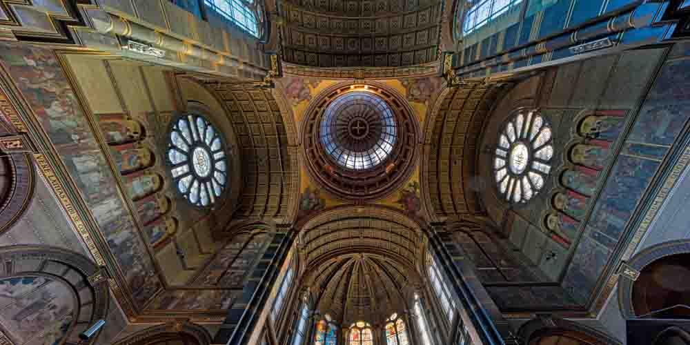 Bóveda interior de la catedral de San Nicolás, un monumento destacado de Ámsterdam.
