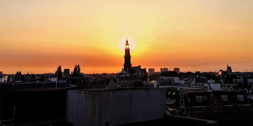 La torre de la moneda en un atardecer de Ámsterdam.