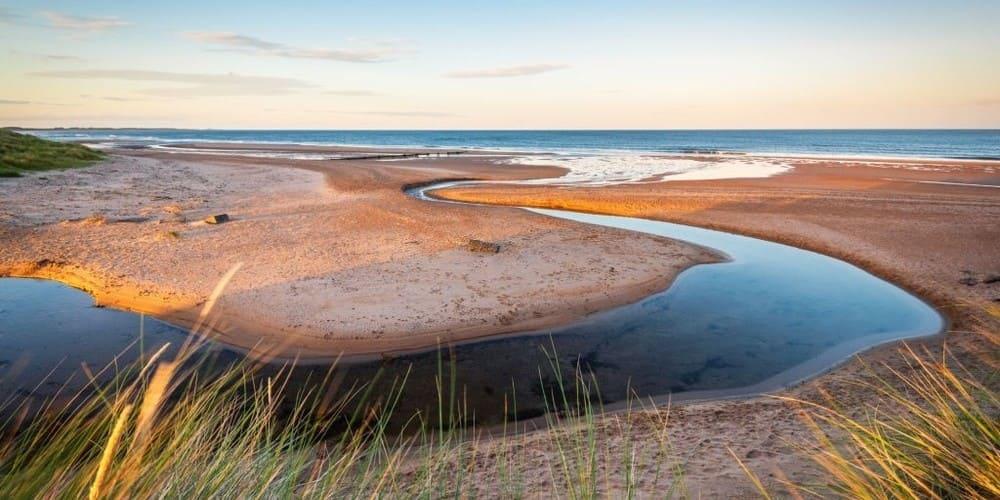 Playa de cerca de Edimburgo en el pueblo de Dunbar