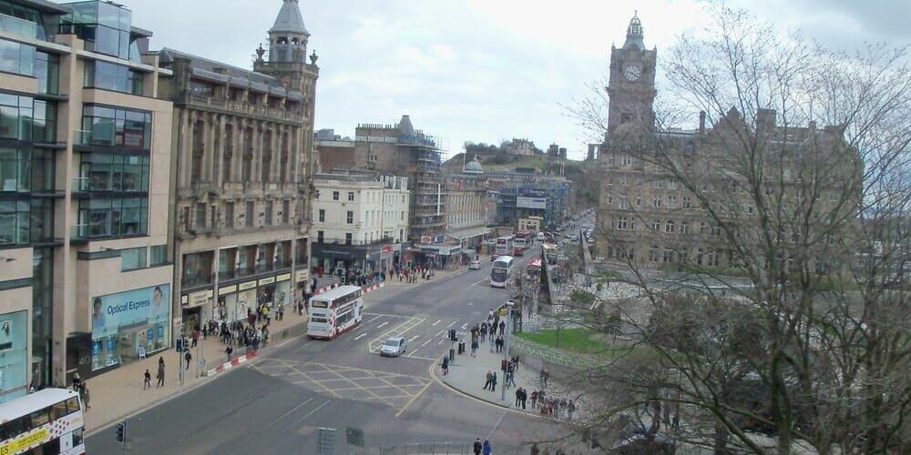 Princes Street de Edimburgo - una de las calles más famosas