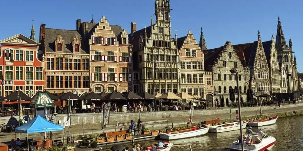 Dar un paseo por los muelles de Graslei y Korenlei es una actividad imprescindible para hacer en Gante en 1 día.